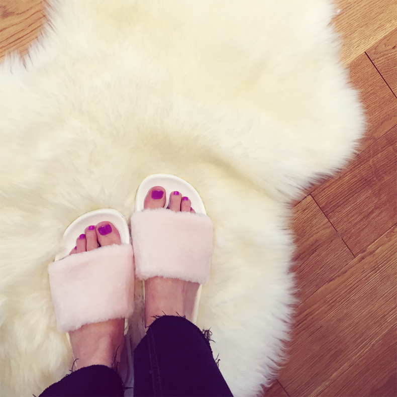 schuh fuzzy pool slides in baby pink